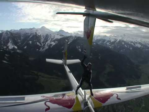 Wow c'est impressionnant! Il se tient debout sur un avion et tient l'aile d'un autre!