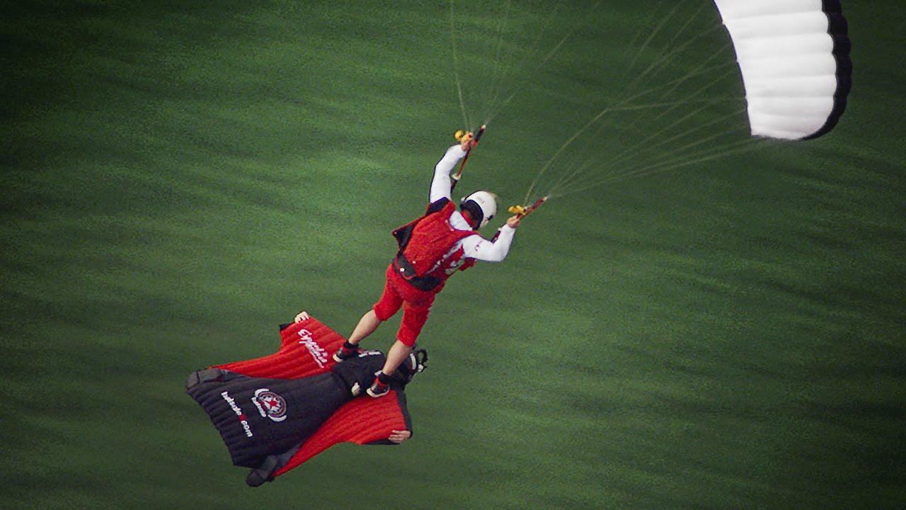 Atterrir en parachute sur un tapis volant! Ça c'est peu banal!