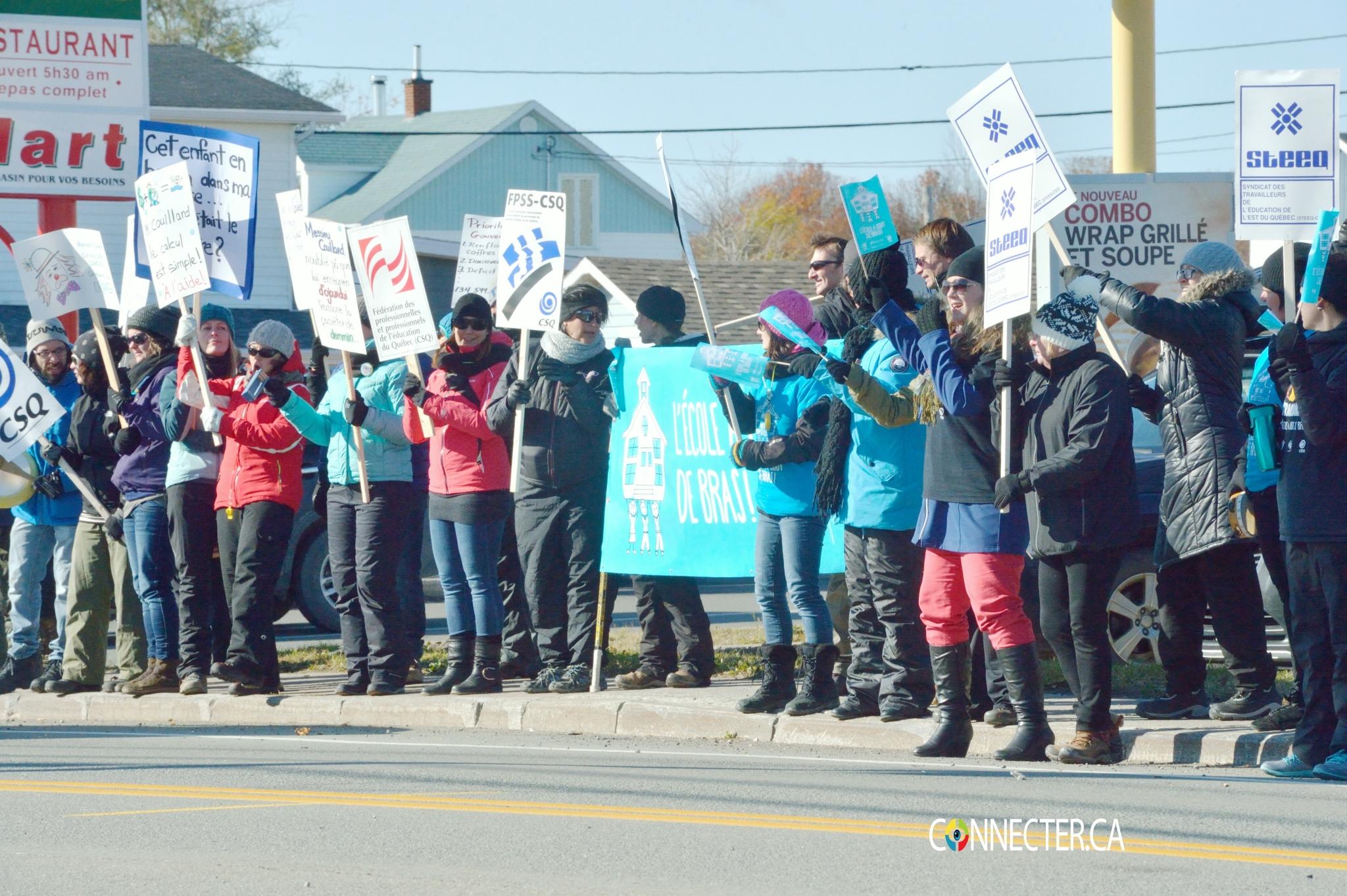 La fonction publique en grève en Gaspésie, photos des professeurs qui font le piquet de grève à Paspébiac!